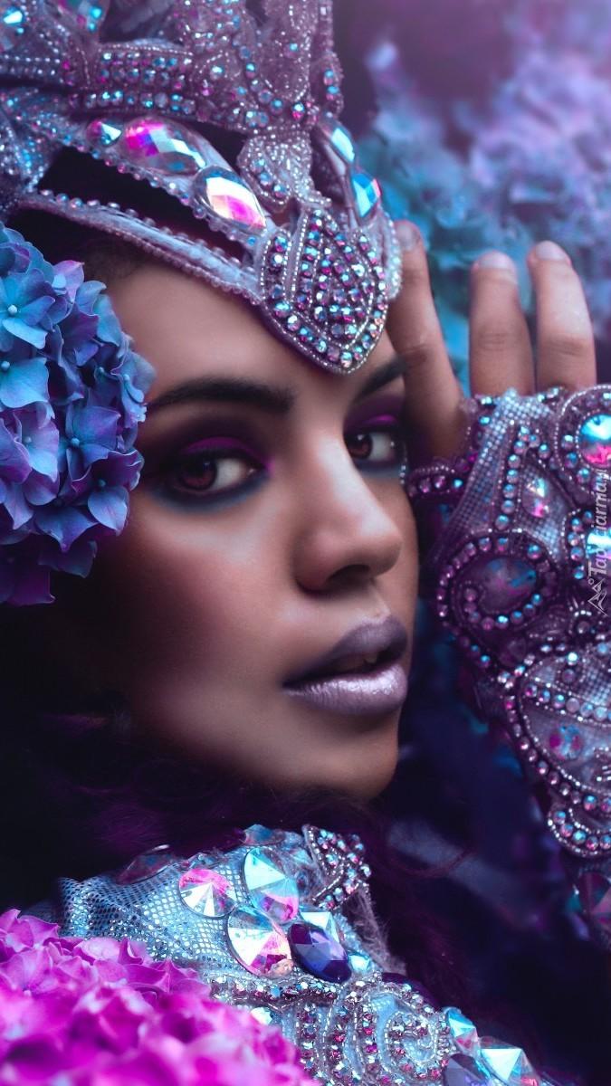Kobieta w fioletowej biżuterii