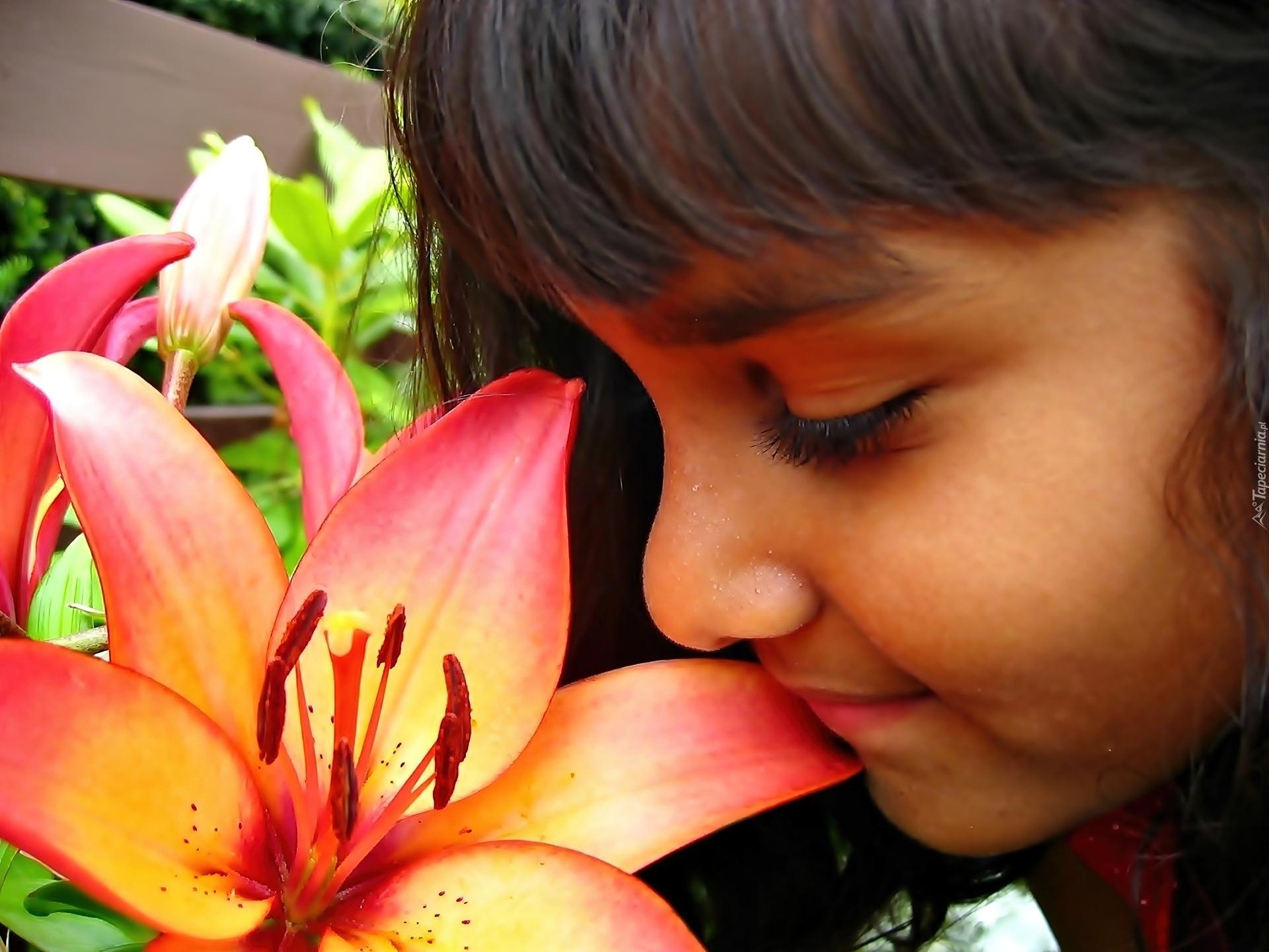 Картинки девушка нюхает цветы 4