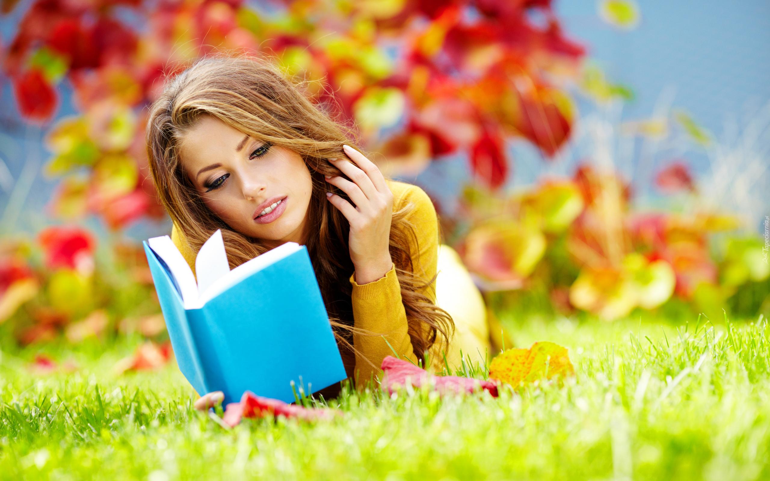 http://www.tapeciarnia.pl/tapety/normalne/183997_kobieta_jesien_park_liscie_trawa_ksiazka.jpg
