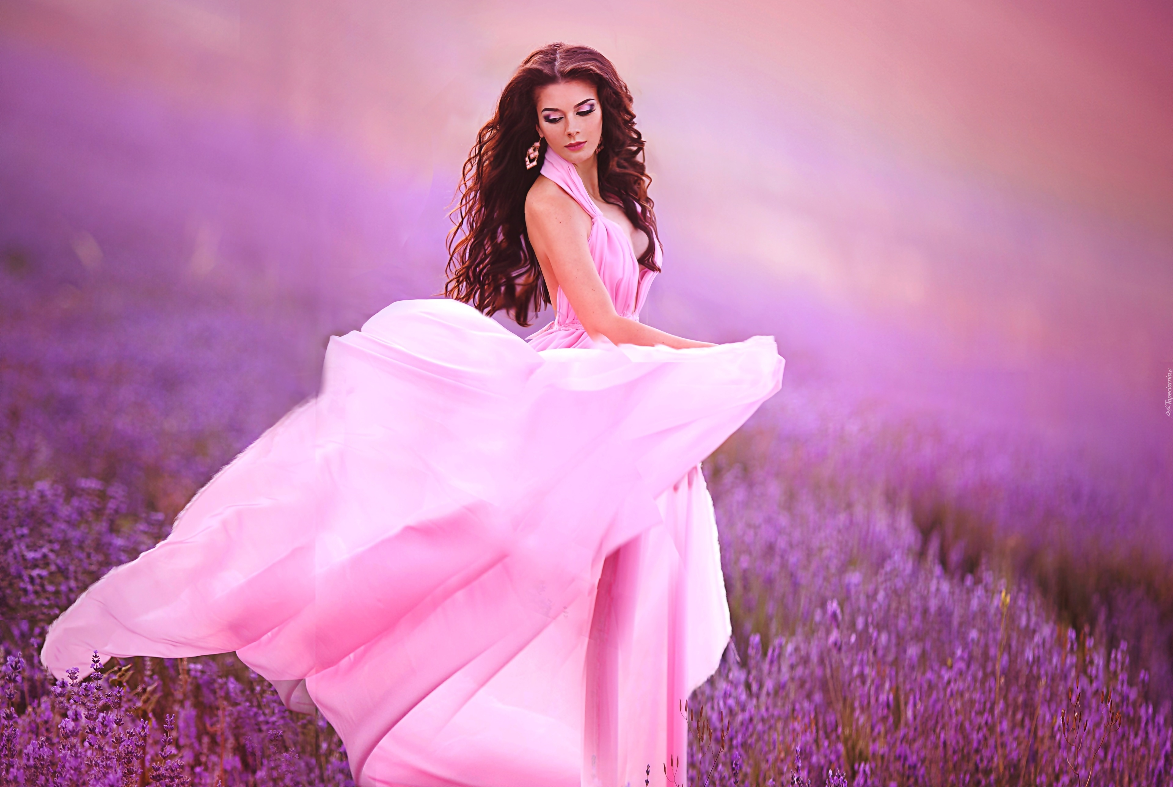 Фото девушки в розовом платье 16 фотография