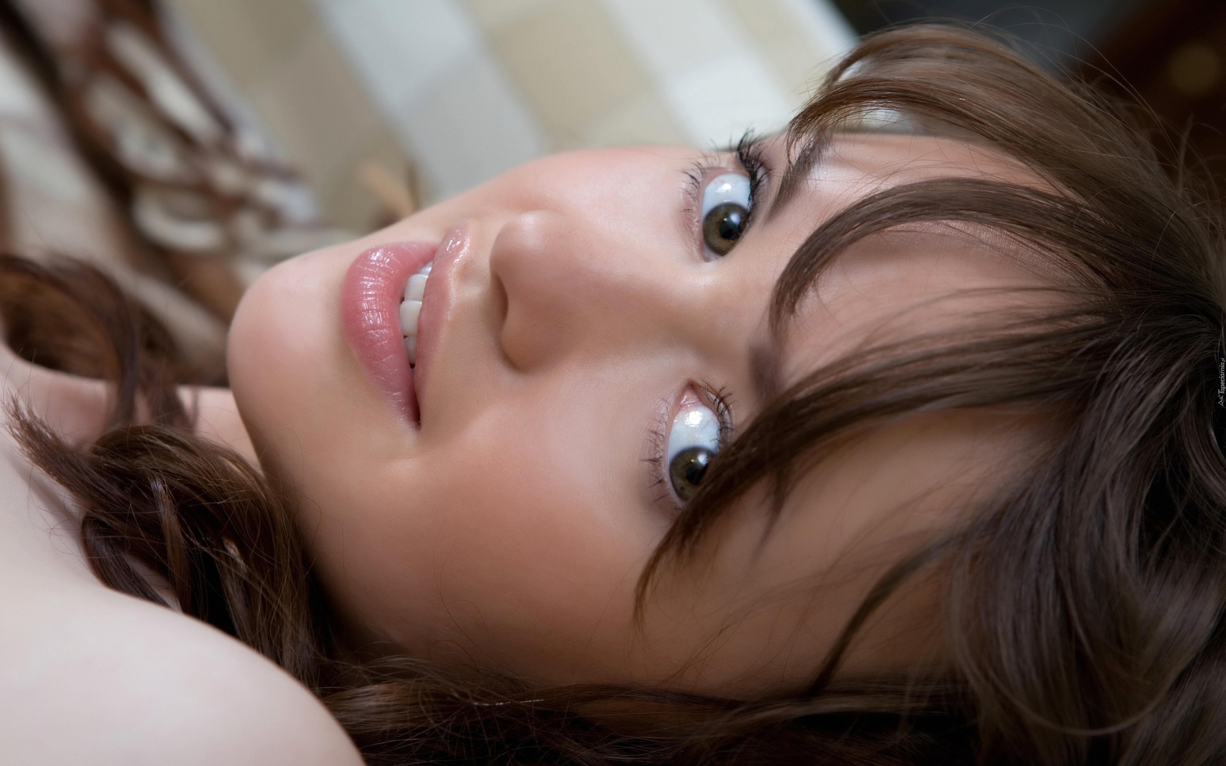 девушка милая лицо взгляд брюнетка глаза  № 649011 бесплатно