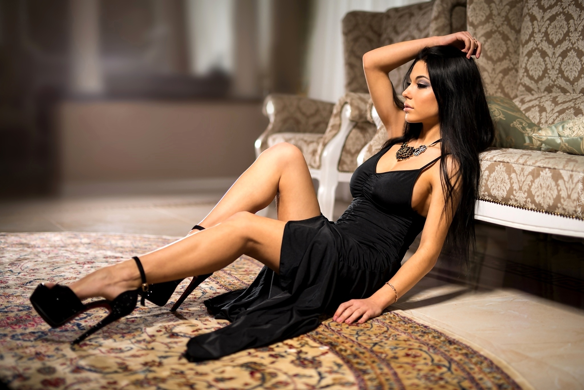 Kobieta Czarna Sukienka Naszyjnik Kanapa