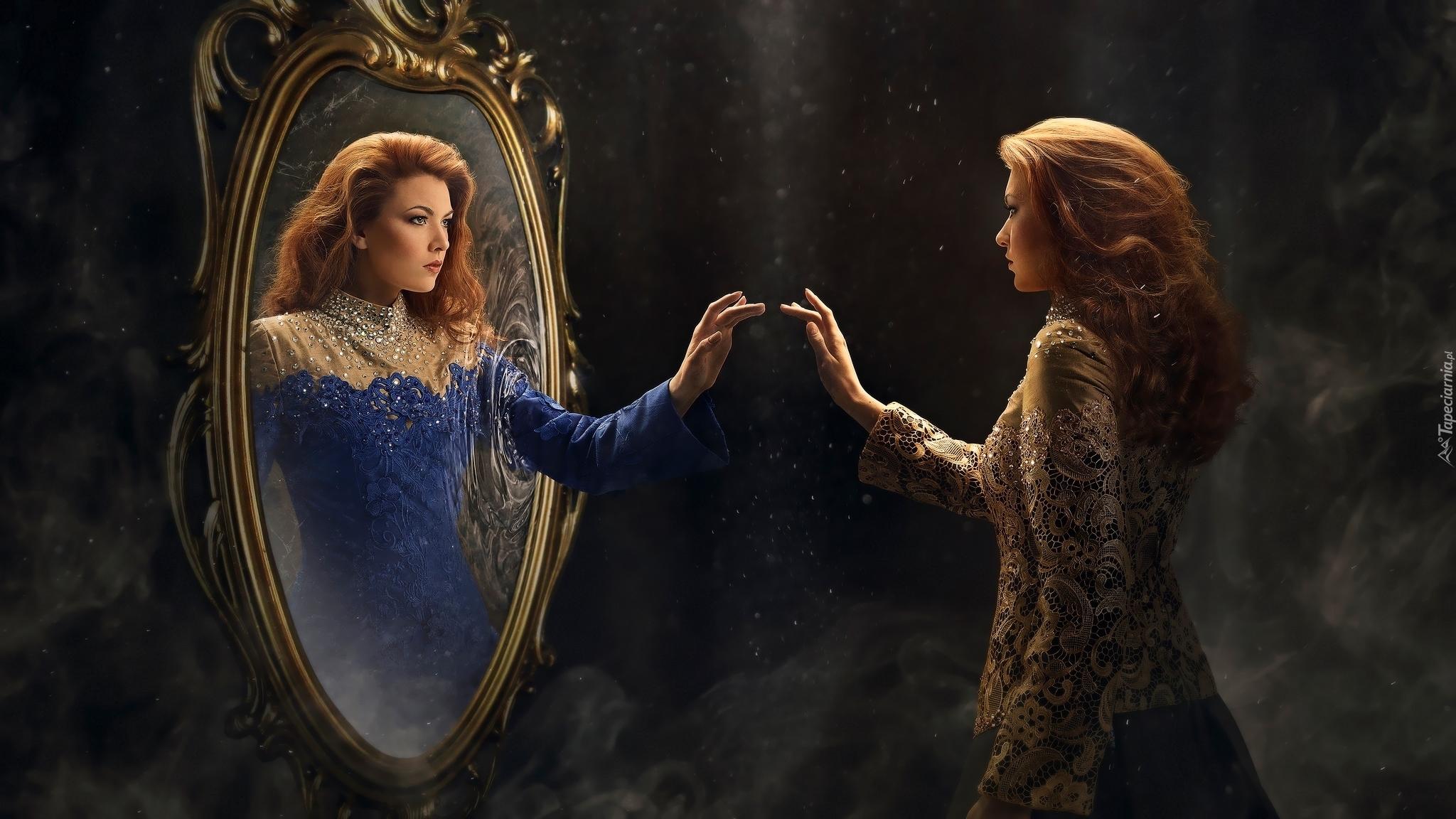 Kobieta i jej odbicie w lustrze
