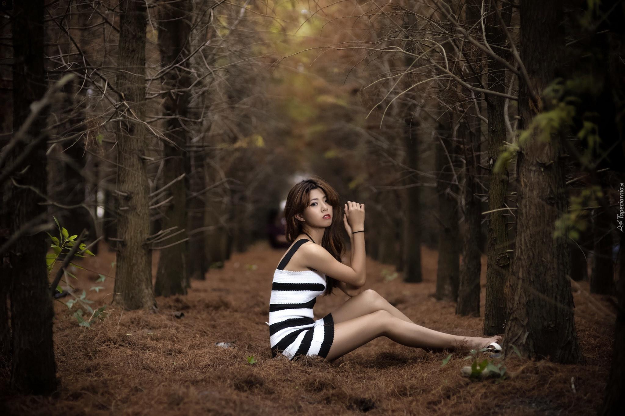 Ласковая девушка позирует в чулках на природе при тумане  700056