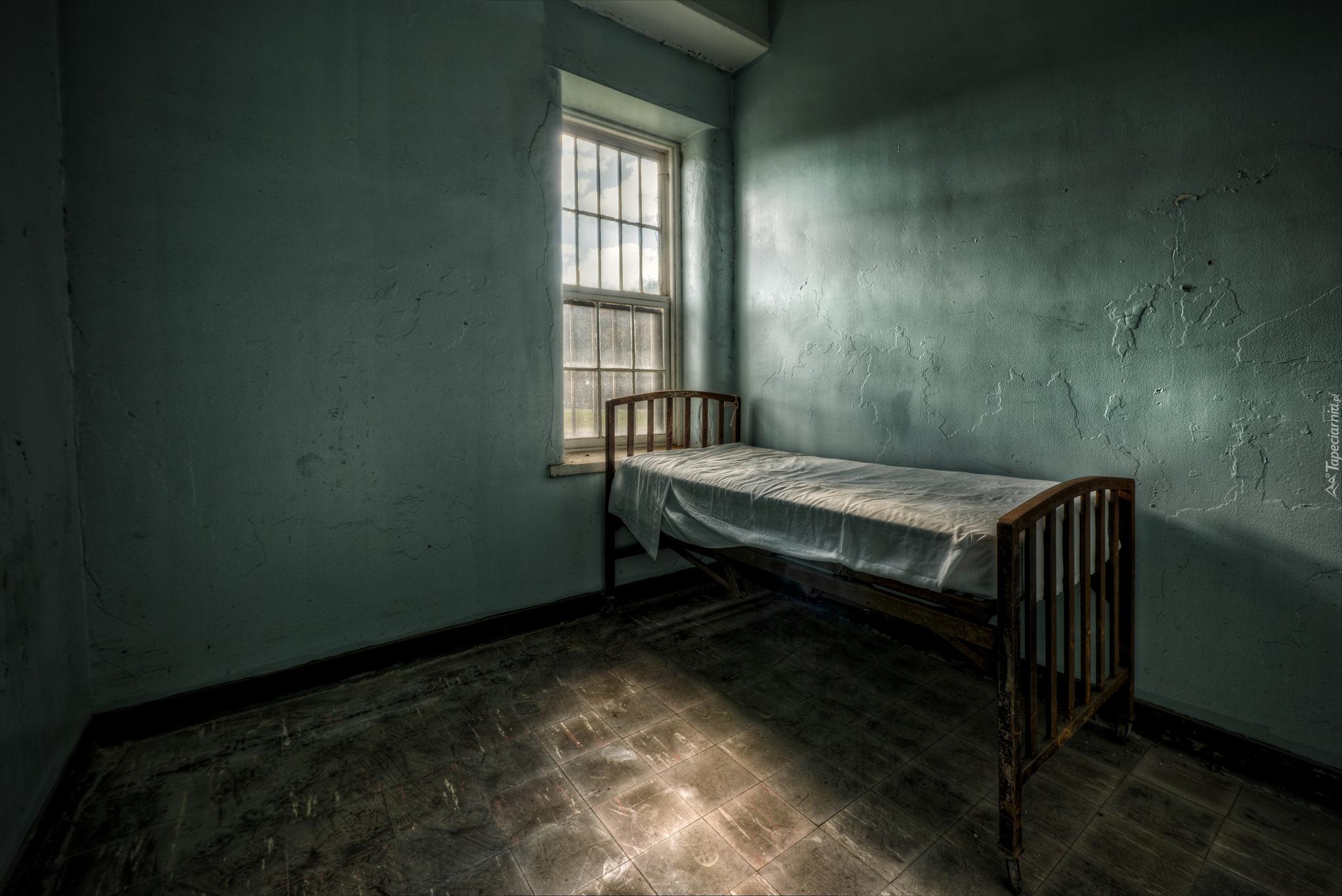 Łóżko pod oknem w zaniedbanym pokoju