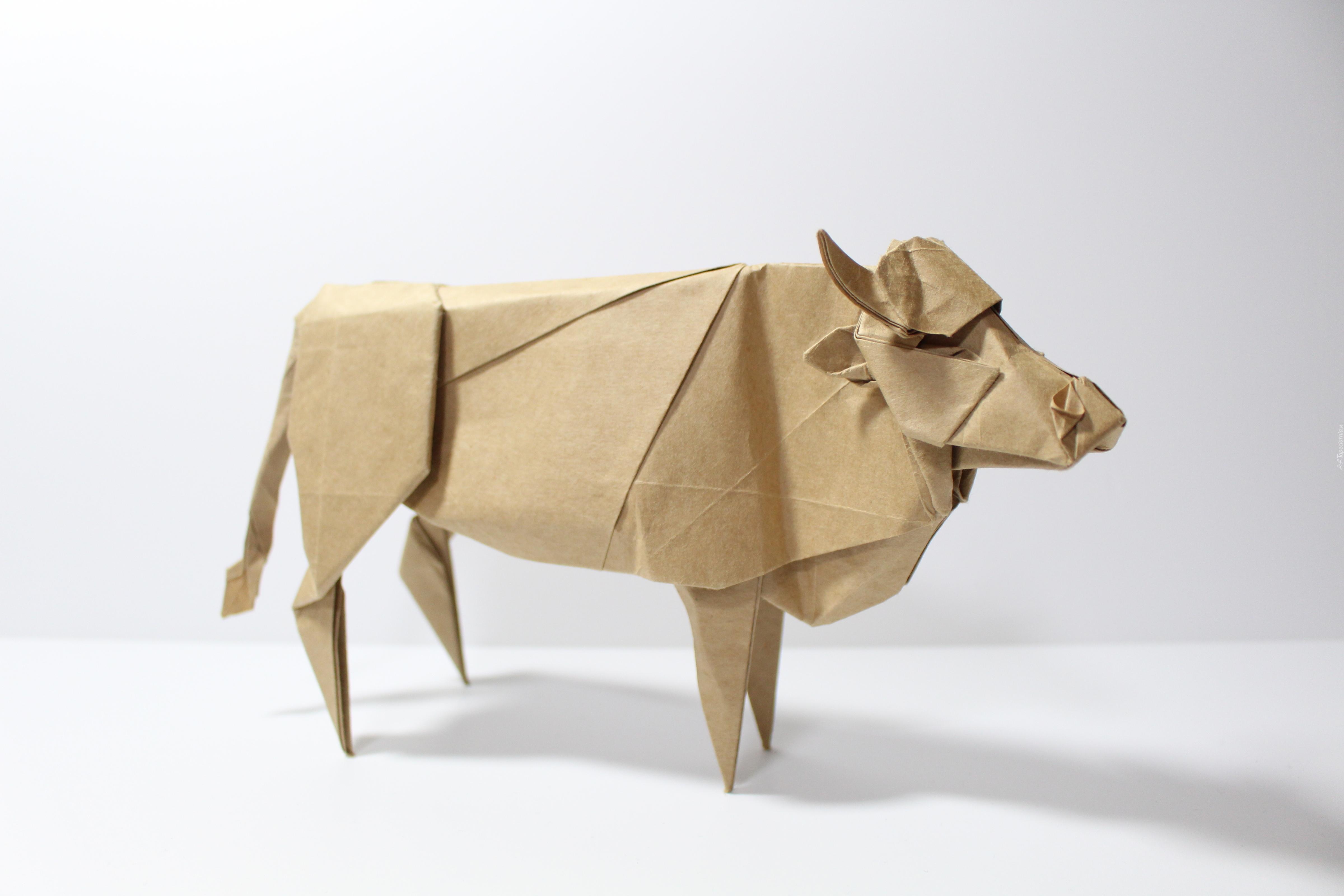 z�ożona z papieru krowa w sztuce origami