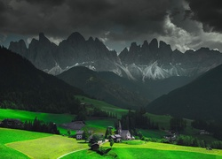 Dolina Val di Funes na tle masywu Odle we włoskich Dolomitach