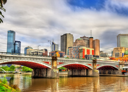 Most Princes Bridge z widokiem na wieżowce w australijskim Melbourne