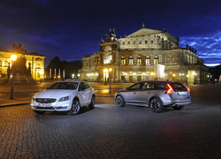 Volvo S60 Cross Country i V60 Cross Country przed Operą Semperoper w Dreźnie