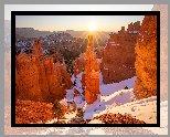 Stany Zjednoczone, Utah, Park Narodowy Bryce Canyon, Góry, Skały, Formacja skalna, Thors Hammer, Promienie słońca, Zima