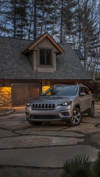 Jeep Cherokee Limited przed domem