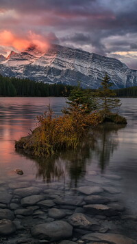 Jezioro Two Jack Lake i góry Mount Rundle