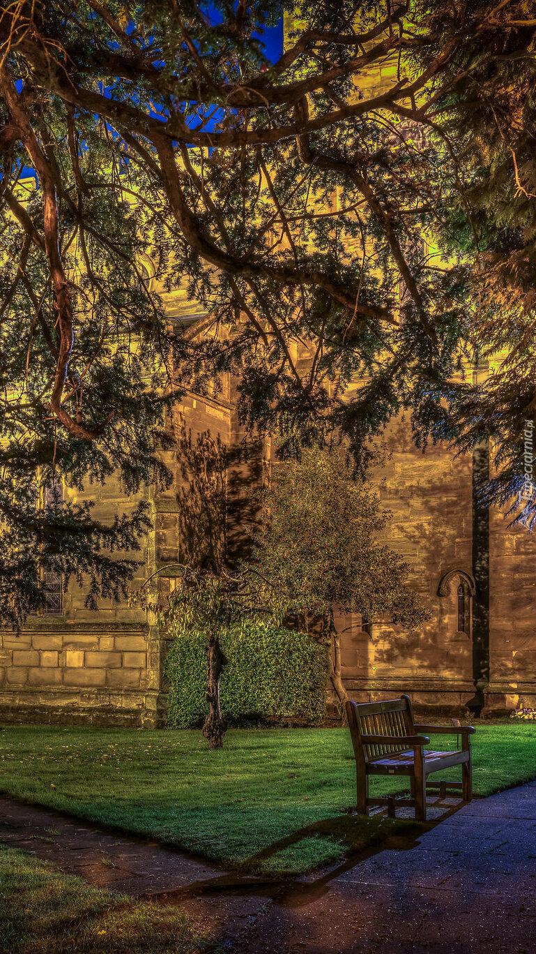 Alejki z ławką przy kościele