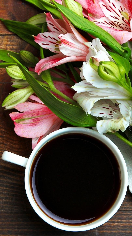 Alstramerie obok kawy