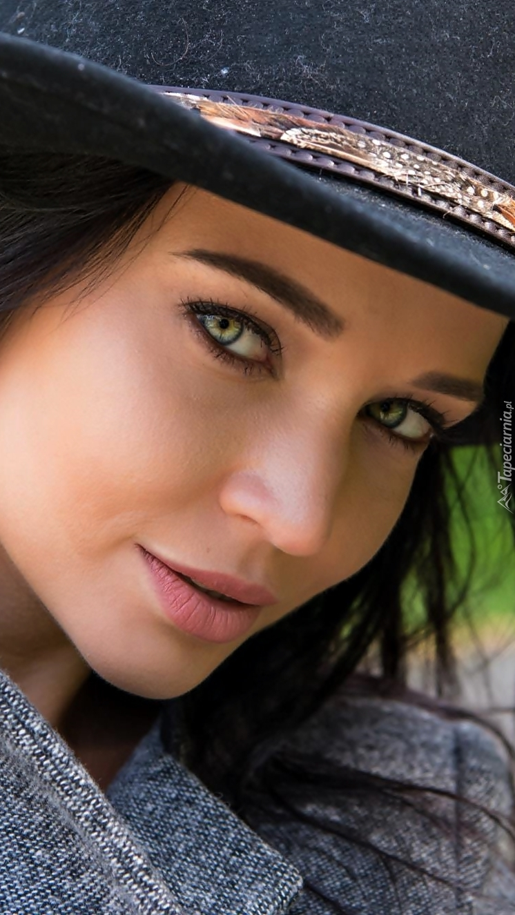 Angelina Petrova w kapeluszu