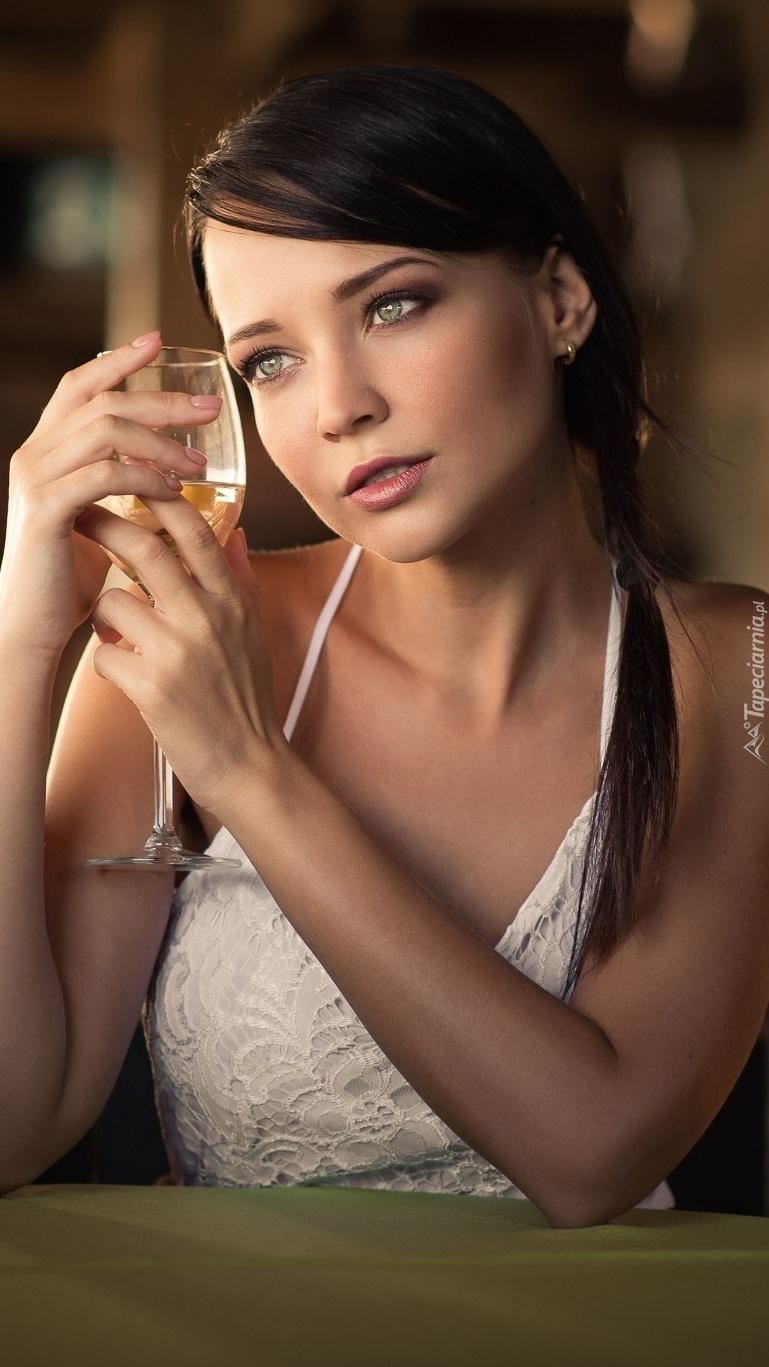Angelina Petrova z kieliszkiem wina