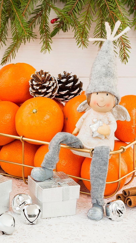 Aniołek na koszyku z mandarynkami