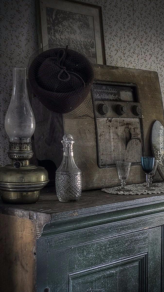 Antyczna lampa i radio na komodzie