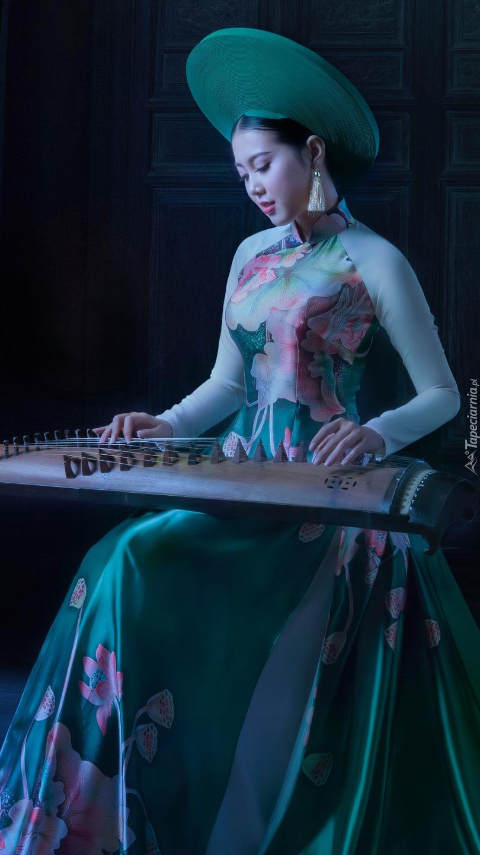 Azjatka grająca na guzhengu