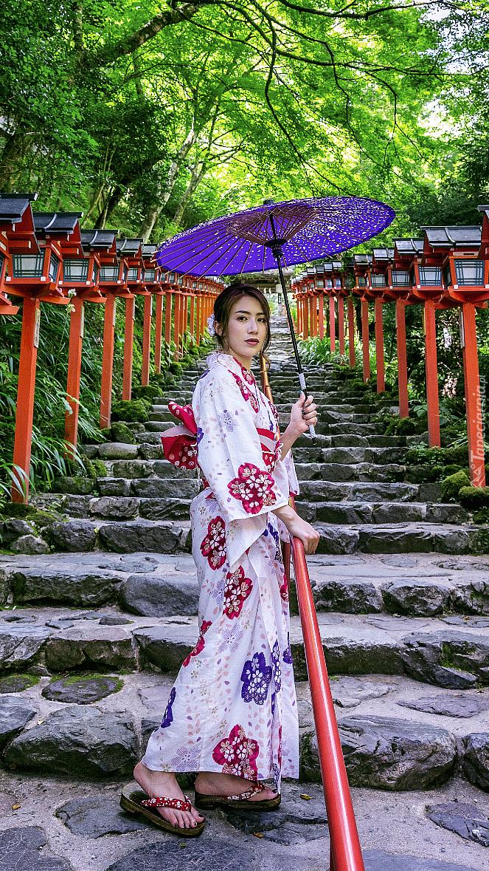 Azjatka i lampy na schodach do świątyni