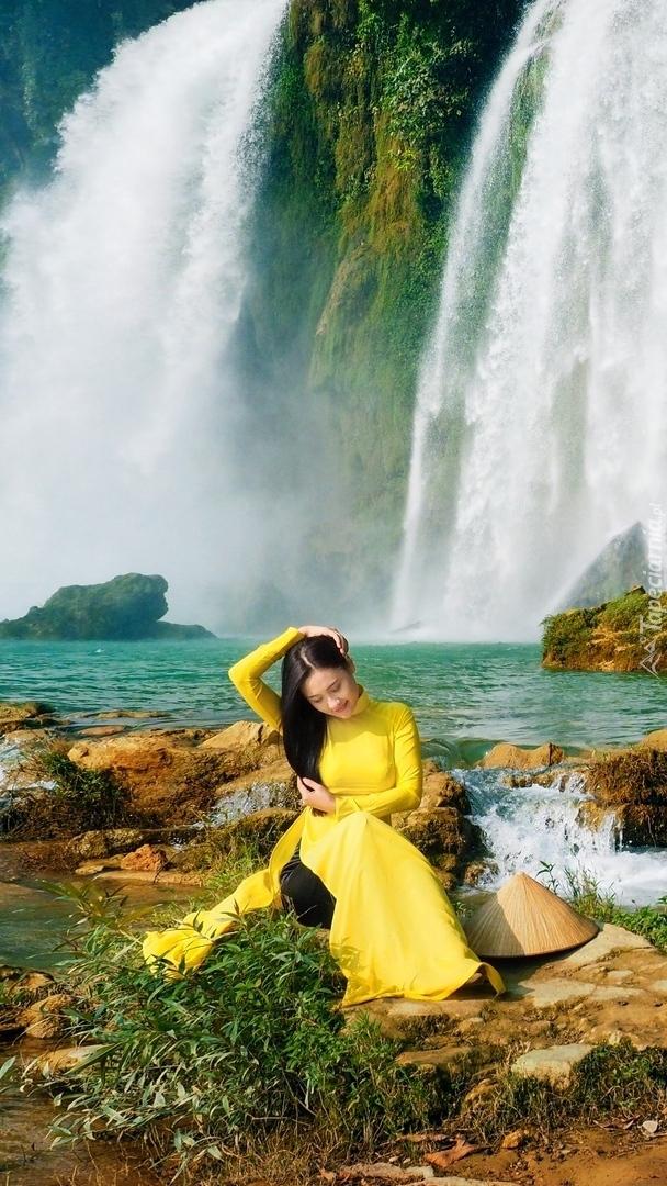Azjatka na tle wodospadu