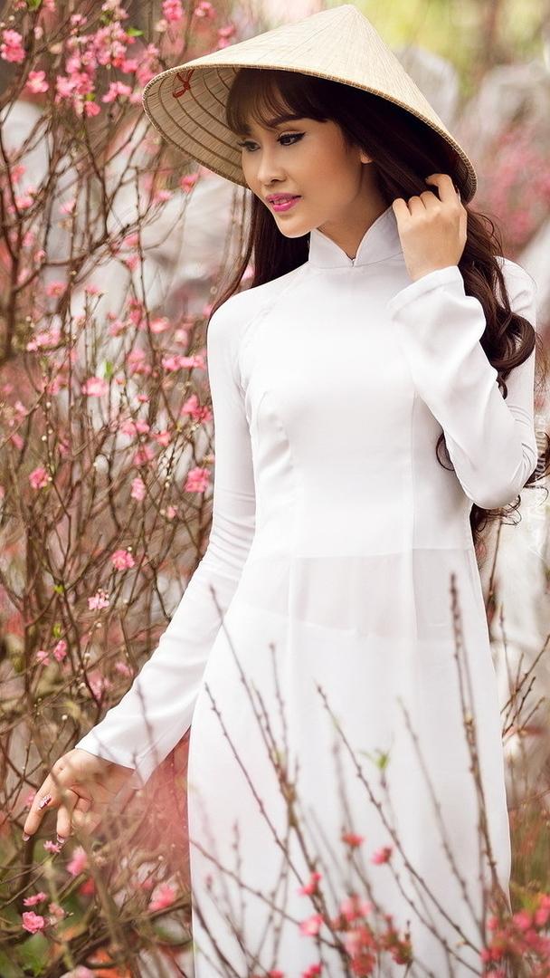 Azjatka w białej sukni i kapeluszu