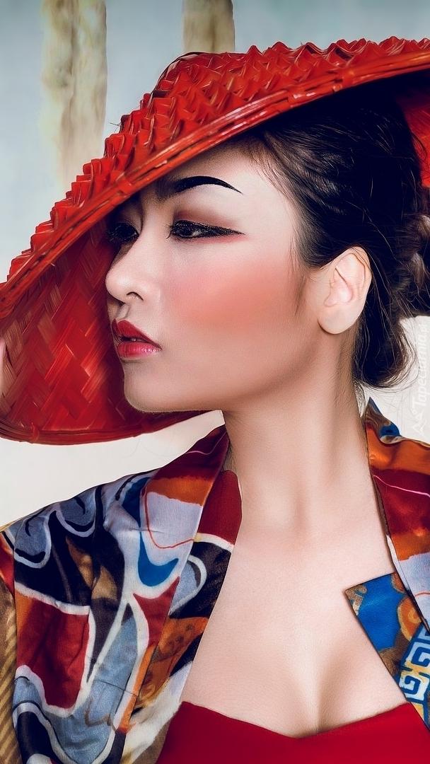 Azjatka w czerwonym kapeluszu