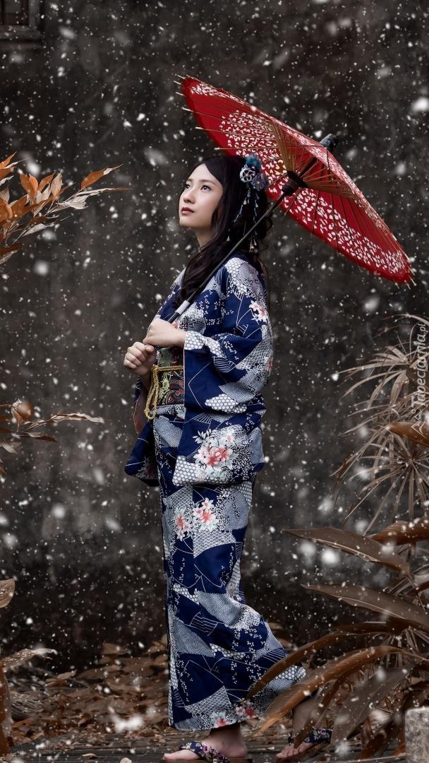 Azjatka w kimonie z parasolem