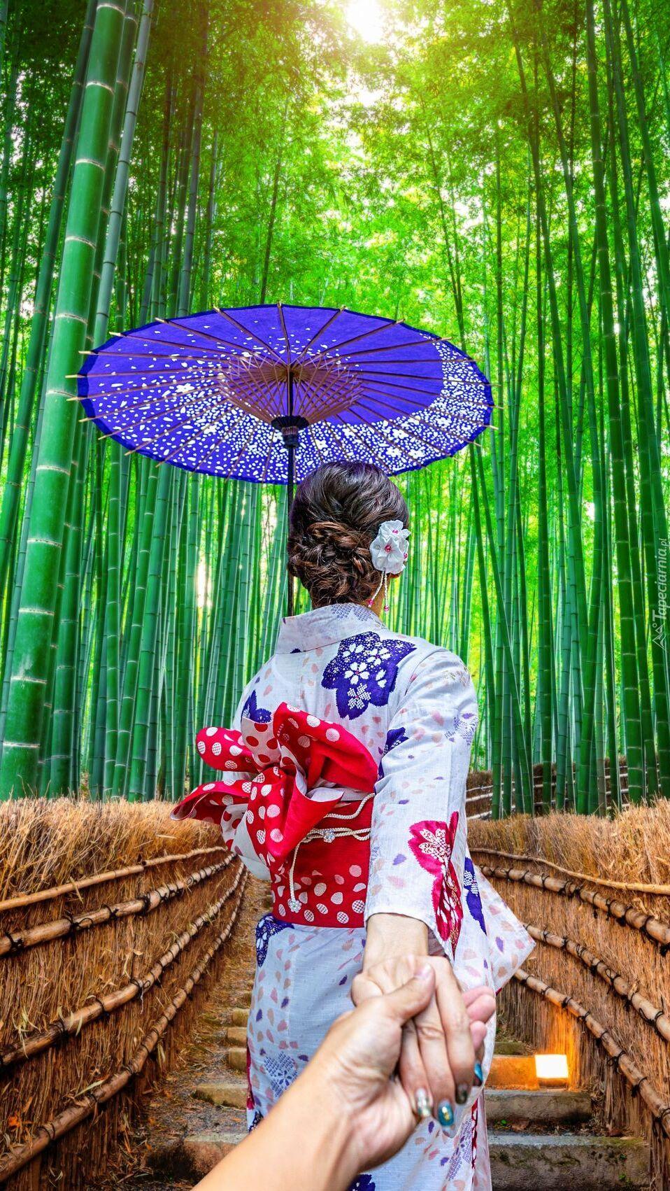 Azjatka w kimono w lesie bambusowym