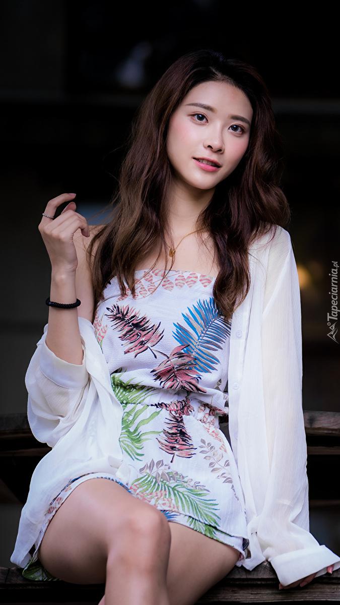 Azjatka w kolorowej sukience