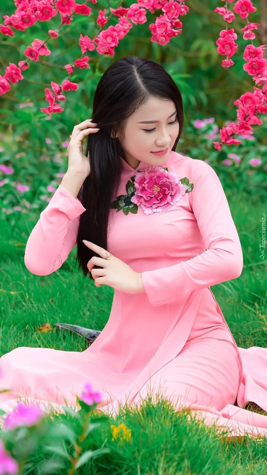 Azjatka w różowej sukience