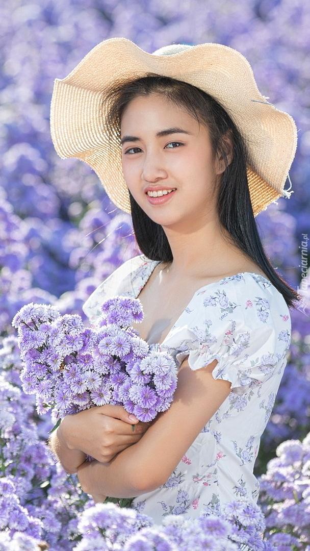 Azjatka z bukietem kwiatów