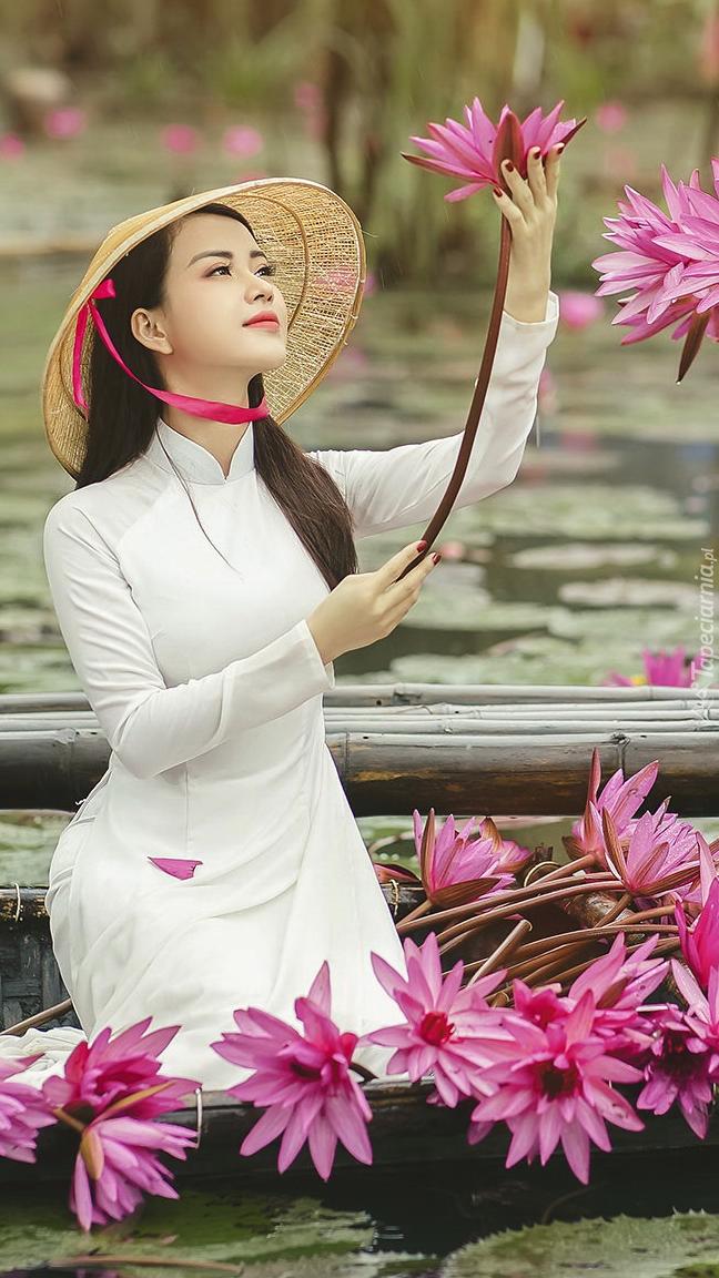 Azjatka z lilią w ręku