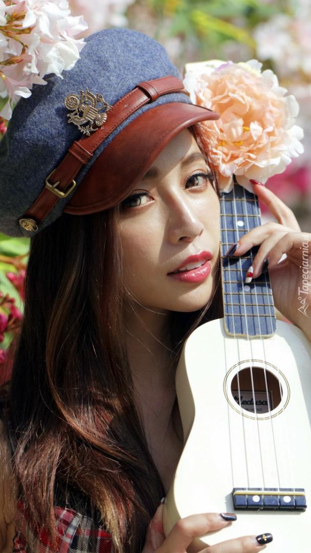 Azjatka z ukulele