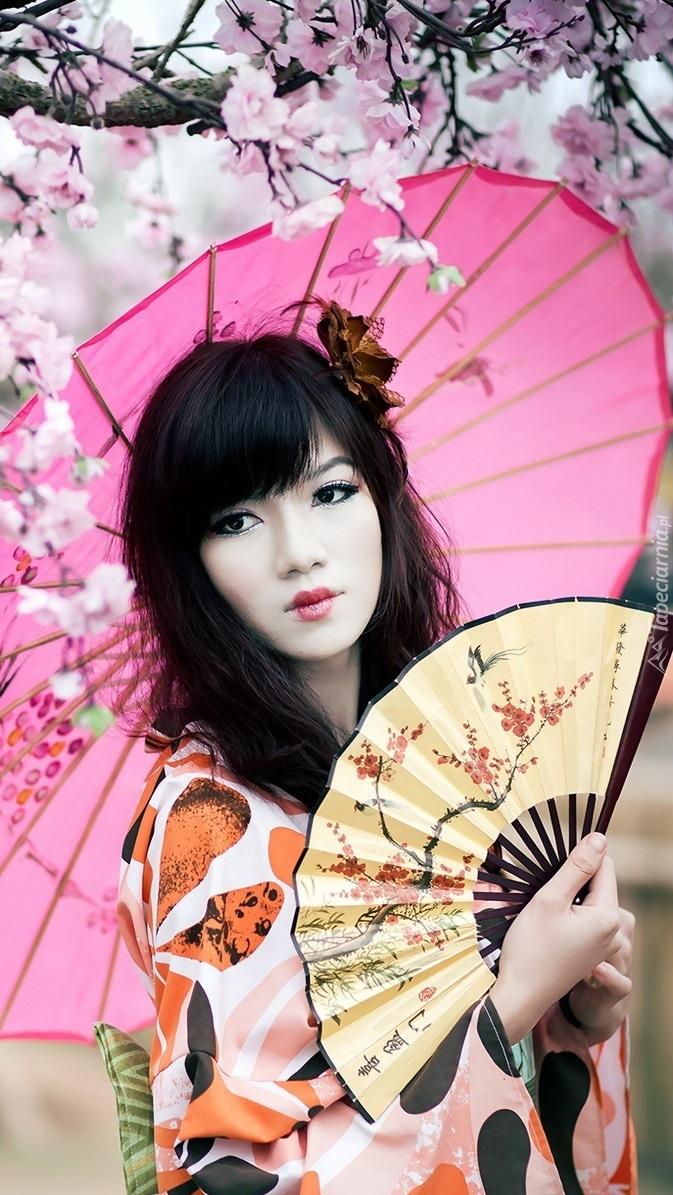 Azjatka z wachlarzem i parasolką