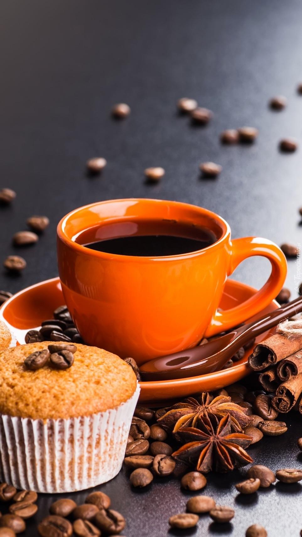 Babeczka obok filiżanki z kawą