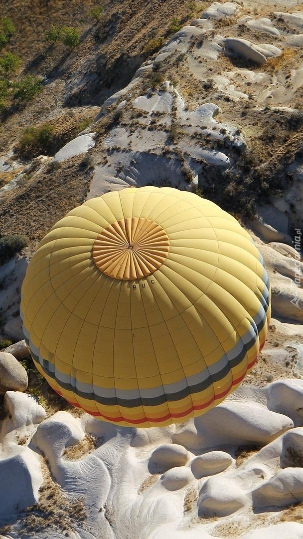 Balon nad skałami