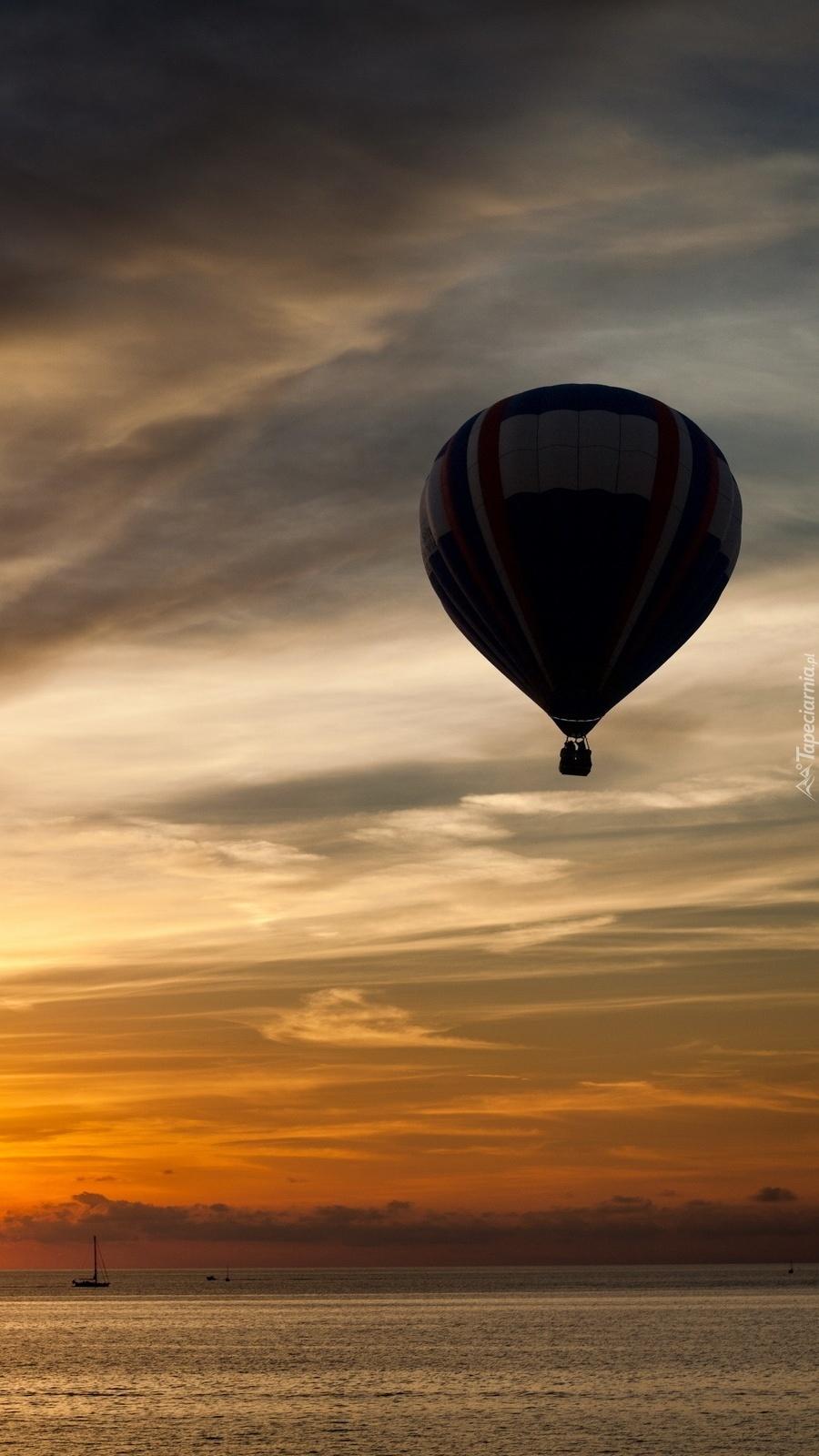 Balon pod ciemnymi chmurami