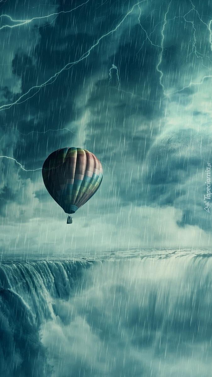 Balon podczas burzy nad wodospadem