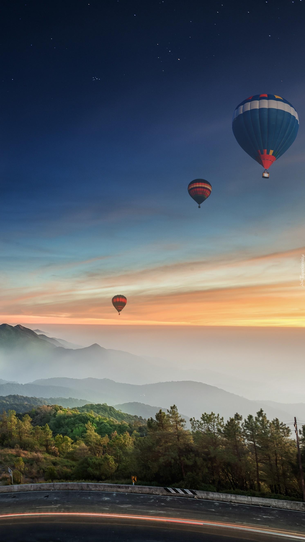 Balony ponad zamglonymi górami