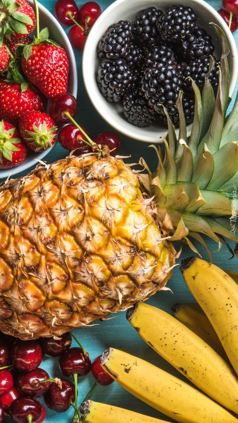 Banany, ananasy, truskawki, jeżyny i wiśnie