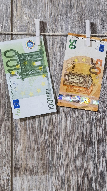 Banknoty euro na sznurku