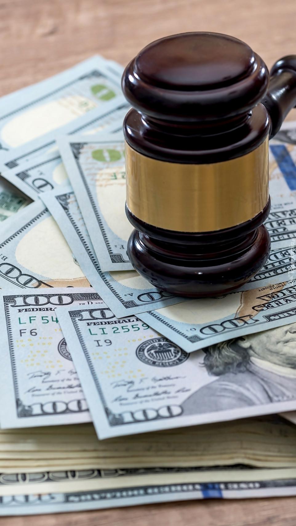 Banknoty pod młotkiem sędziowskim