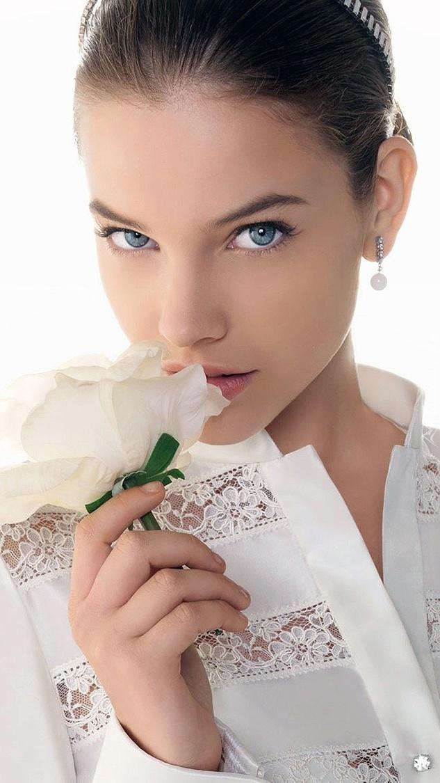 Barbara Palvin z różą