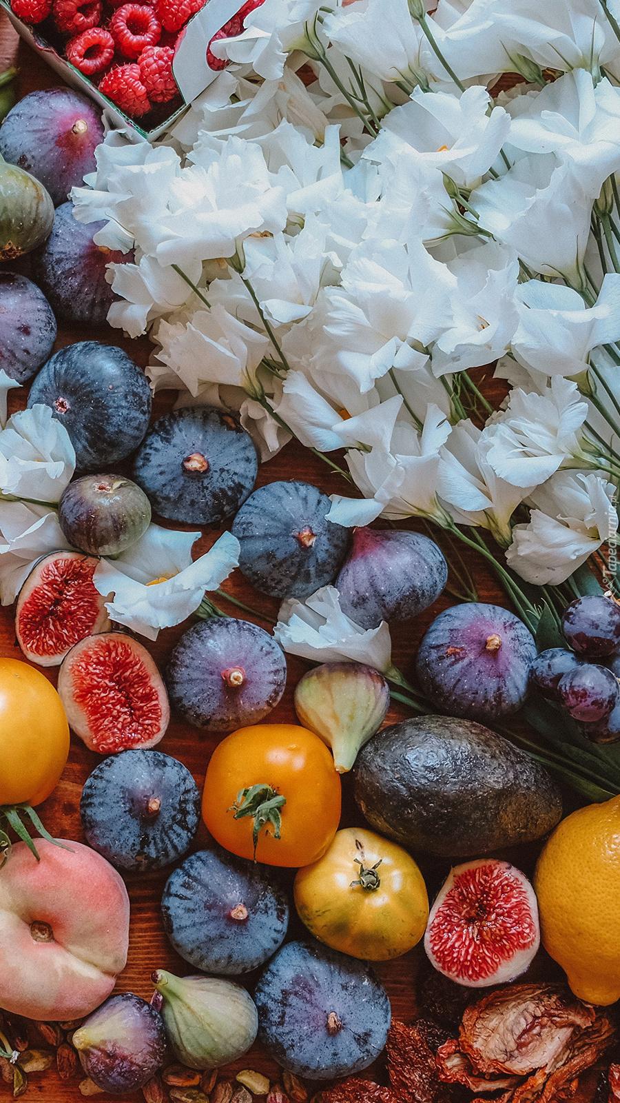 Białe kwiaty na  owocach
