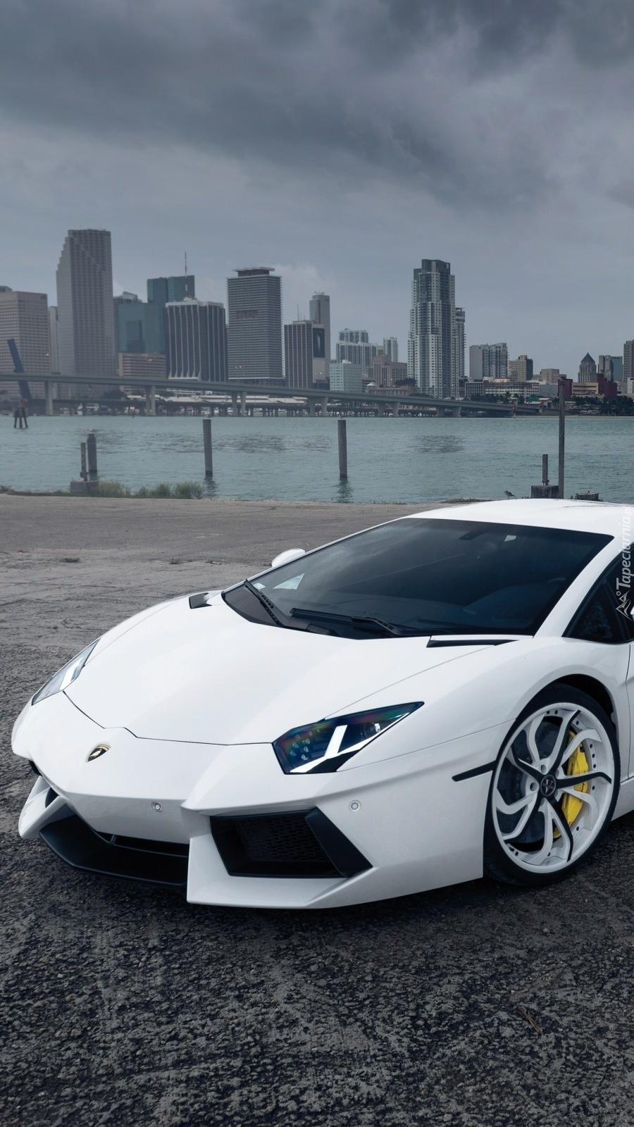 Białe Lamborghini Aventador