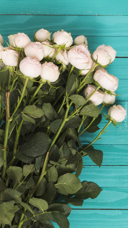 Białe róże w bukiecie na deskach