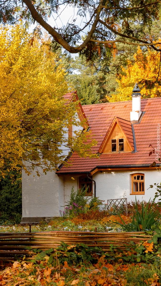 Biały dom z czerwonymi dachówkami