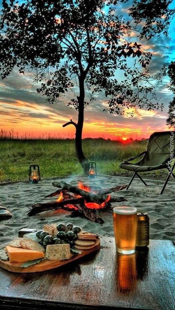 Biwak przy ognisku o zachodzie słońca