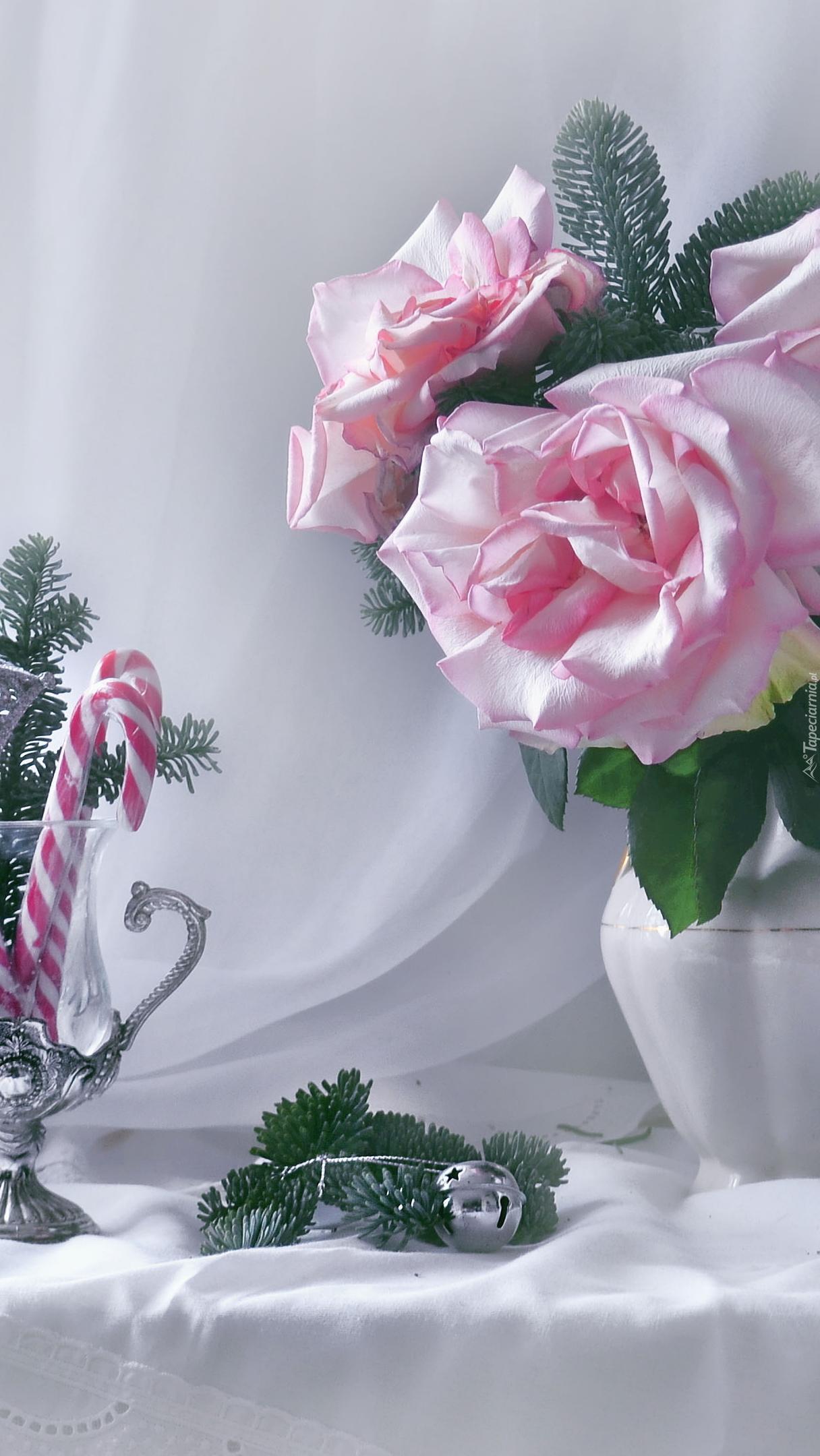 Bladoróżowe róże w dzbanku